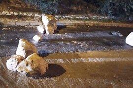 Yuvarlanan kayalar yolu trafiğe kapattı