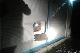 Duvarı ve kepengi kırdılar, dükkân sahibine yakalandılar