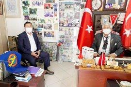Belediye muhtarlara maske dağıttı