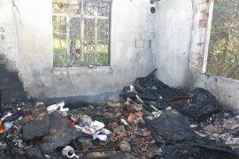 Yangında kül olan evin sahiplerine yardım eli