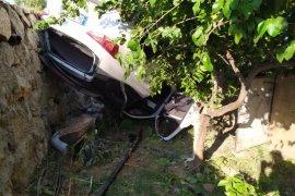 Otomobil bahçeye daldı