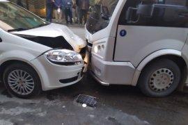 Dolmuş otomobille çarpıştı: 2 yaralı