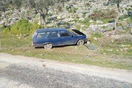 Otomobil kayalıklara çarptı: 2 yaralı