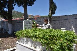 Başkan Tokat'tan her mezara bir karanfil