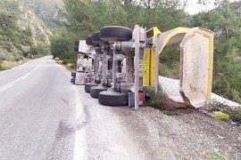 Virajı alamayan kamyon yan yattı