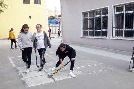 Antrenmanlar betonda, maçlar çimde