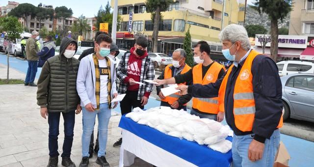 Milas Kaymakamlığı Vefa Sosyal Destek Grubu tarafından ücretsiz maske dağıtımı gerçekleştirdi