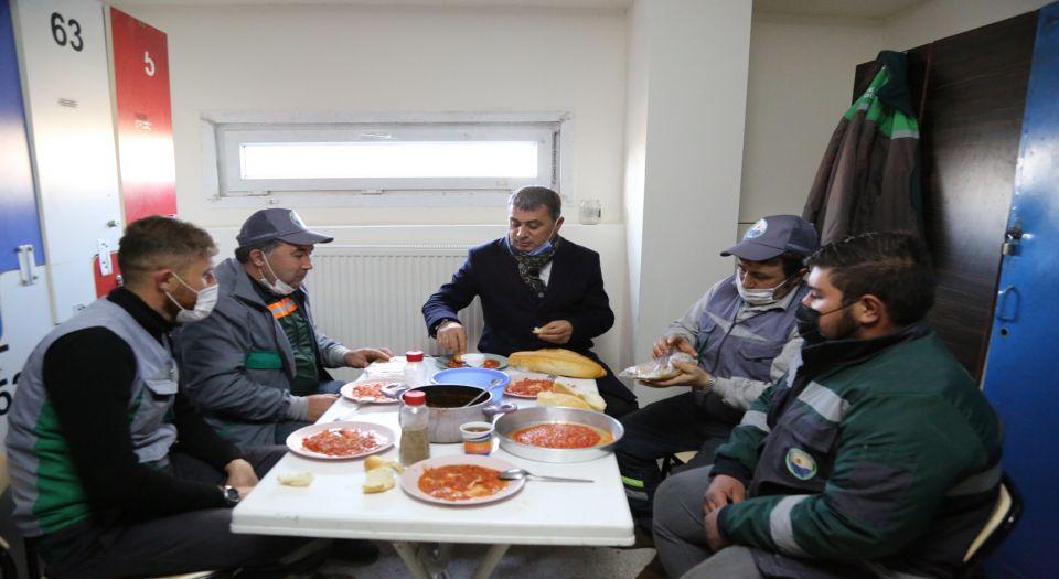 Başkan Ramazan Şimşek, İşçilerle Menemen Sofrasına Oturdu