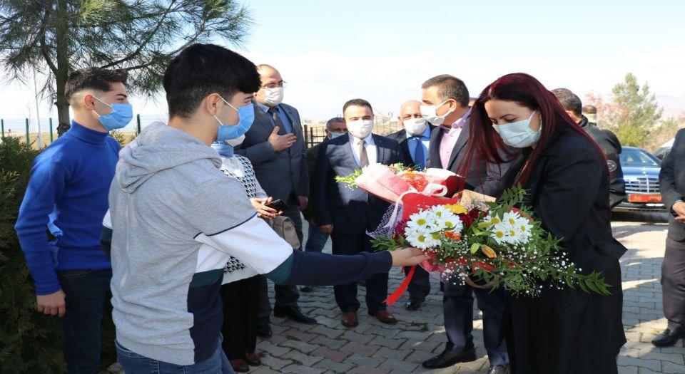 Siirt'te Vali Hacıbektaşoğlu, Eşi İle Birlikte Çocuk Evlerini Ziyaret Etti