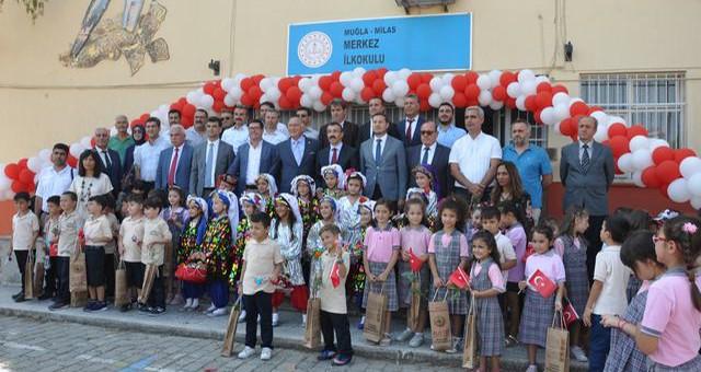 İlköğretim Haftası etkinlikleri başladı... Atatürk anıtına çelenk konuldu, Merkez İlköğretim okulunda kutlama yapıldı