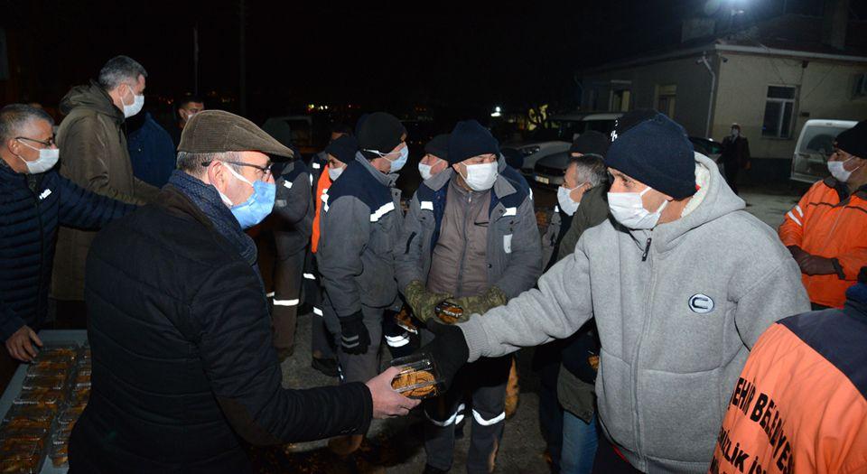 Kırşehir'de Başkan Ekicioğlu, Gece Mesaisi Yapan Personelinin Kandilini Kutladı