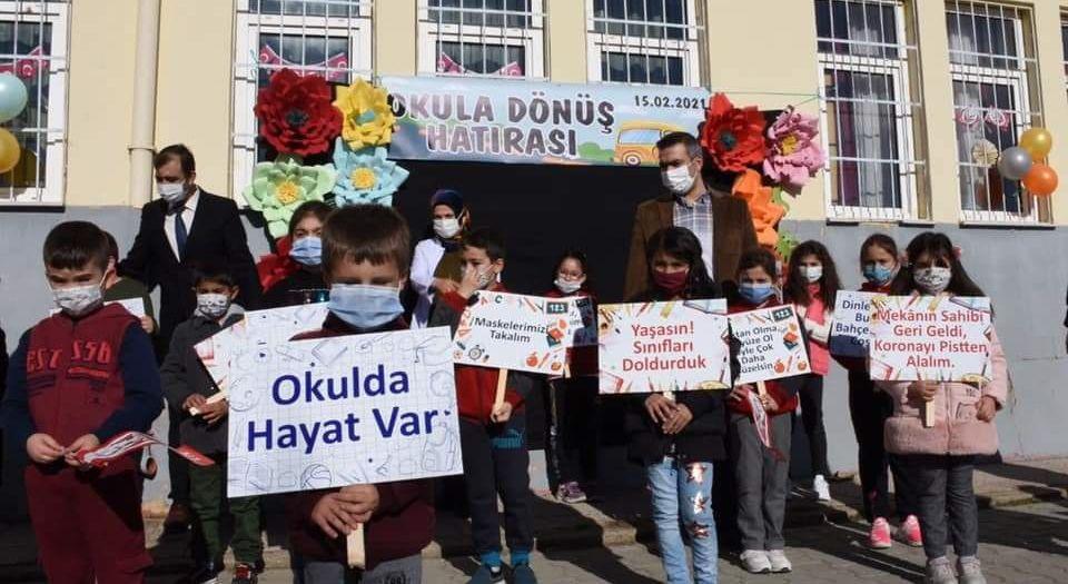 Kırşehir'de Öğretmenlerden Öğrencilere Şiirli Karşılama