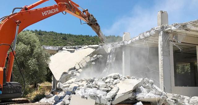 Molla İbrahim Koyu'nda bulunan kaçak yapı Milas Belediyesi tarafından yıkıldı