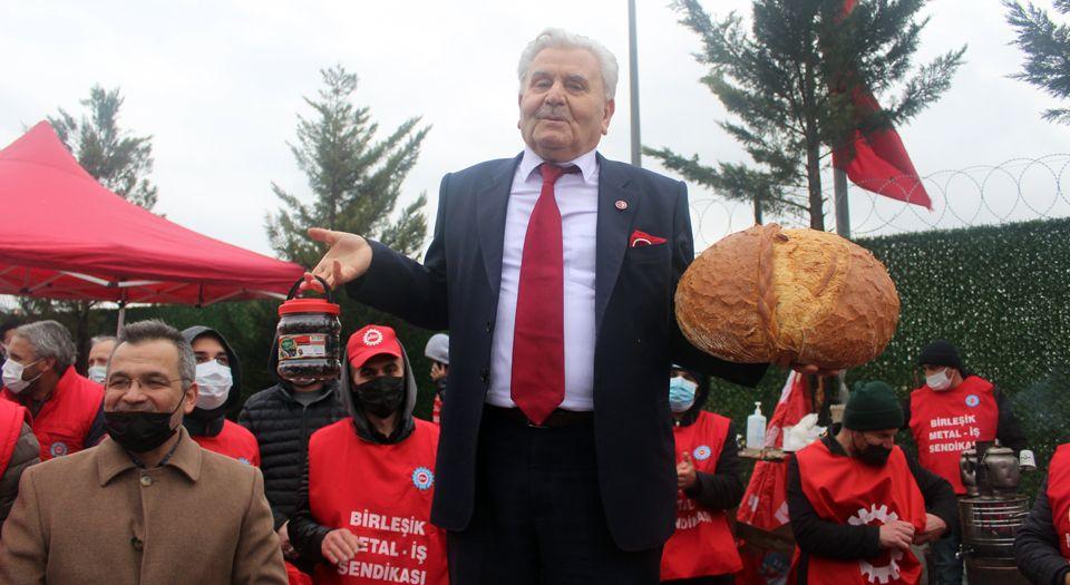 Grevdeki İşçilere Adil Düzen Ekmeği İkram Etti