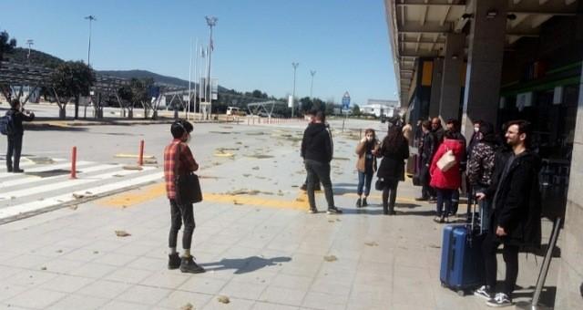 Havalimanında çatı izolasyon malzemeleri yola savruldu