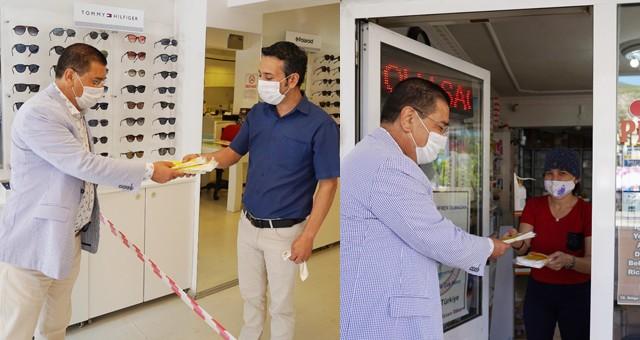 Başkan Tokat, esnafa maske dağıttı