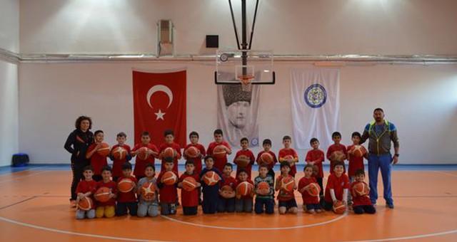 Geleceğin basketbolcularını yetiştiriyorlar