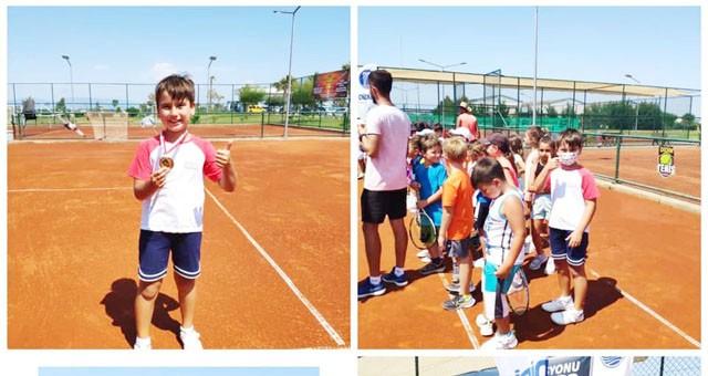 Tenis'te Dereceler Sürüyor Madalyalar Kazanılıyor