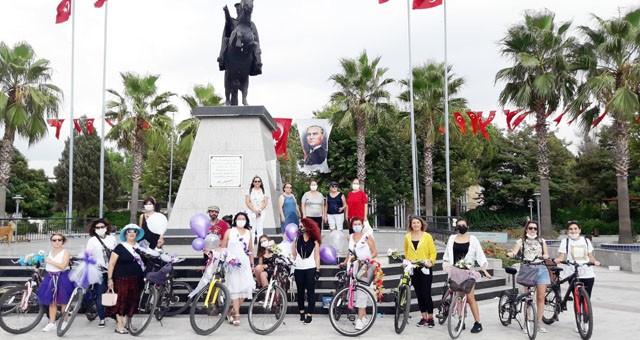 Süslü kadınlar, süslü bisikletlere bindiler