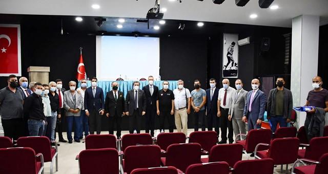Vali Orhan Tavlı, Milas'ta yangın bölgesindeki mahallelerin muhtarlarıyla toplandı..