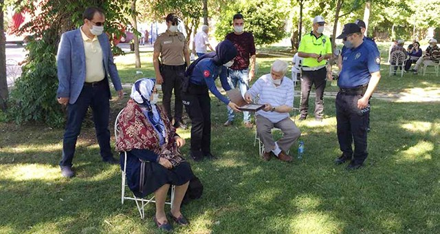 Polisten 65 yaş üstü vatandaşlara sürpriz bayram ikrami