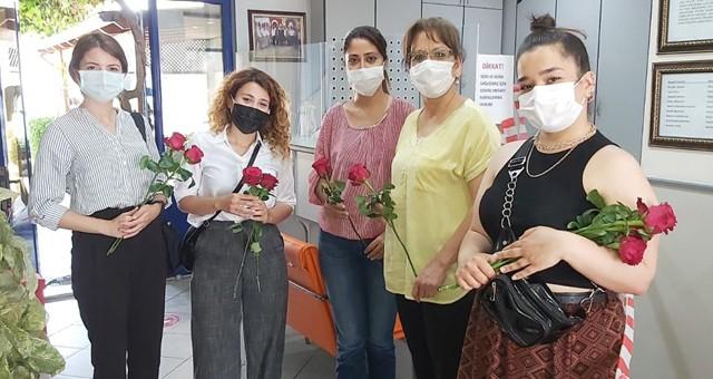 Anneler Günü'nde annelere çiçek dağıtıldı