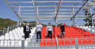 Milas Stadyumu kırmızı beyaz..
